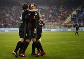 Así festejaron los jugadores del Milan en el partido frente a Crotone. (Foto Prensa Libre: AFP)