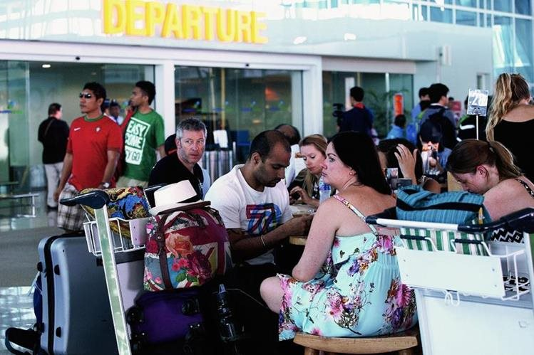 Pasajeros esperan información. (Foto Prensa Libre: AP).