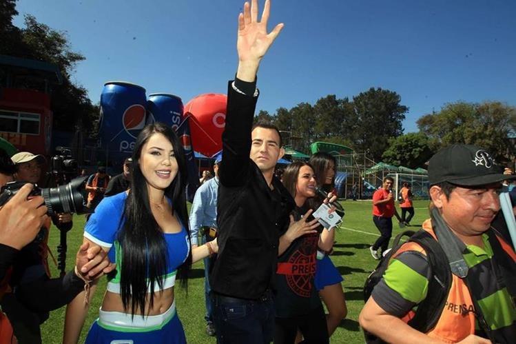Marco Pappa saluda a los aficionados en El Trébol.(Foto Prensa Libre: Carlos Vicente)