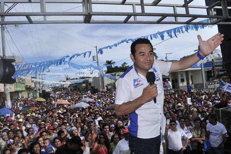 Jimmy Morales saluda a su audiencia en Barberena, Santa Rosa. (Foto Prensa Libre: Oswaldo Cárdona)