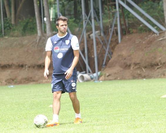 Rodrigo Saravia fue uno de los futbolistas que sobresalió con la Azul y Blanco Sub 23 en la clasificatoria al Preolímpico de la Concacaf (Foto Prensa Libre: Edwin Fajardo)