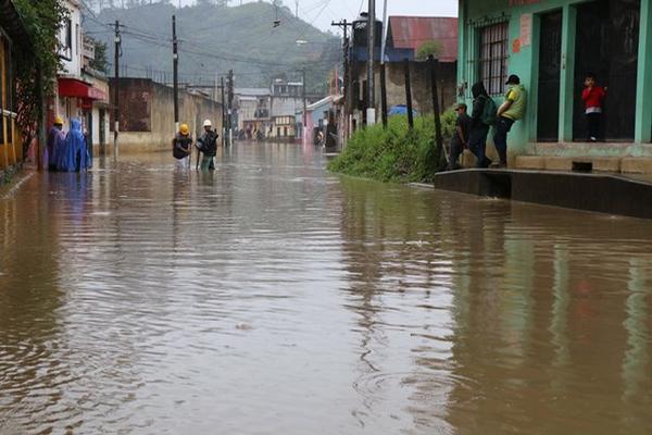 <p>Varios sectores de Alta Verapaz, principalmente Cobán, son afectados por inundaciones, debido a la fuerte lluvia que azota a la región. (Foto Prensa Libre: Eduardo Sam)</p>