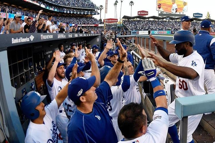 Los jugadores de los Dodgers de Los Ángeles festejan con Andrew Toles quien consiguió una anotación. (Foto Prensa Libre: AP)