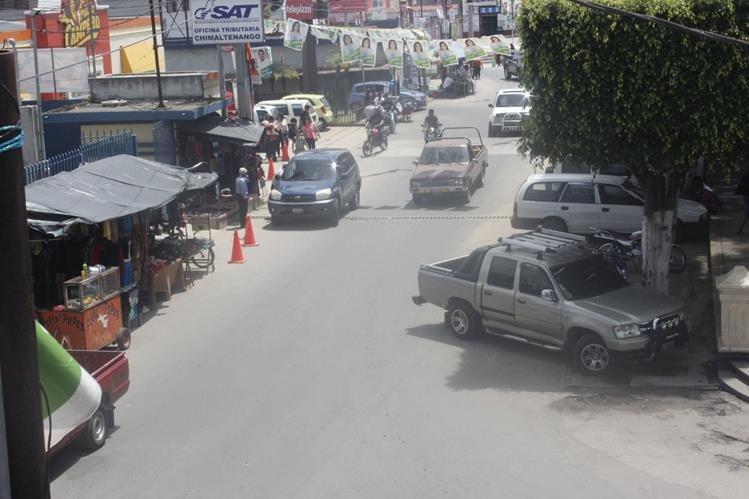 Vecinos de la cabecera de Chimaltenango buscan medios de transporte alterno, debido a parao de pilotos. (Foto Prensa Libre)