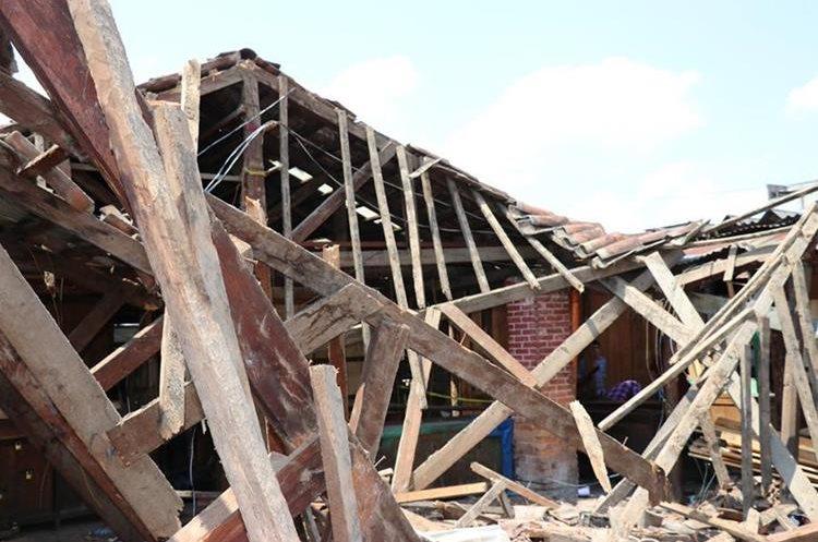 Antigüedad de estructura causó que se desplomara. (Foto Prensa Libre: Héctor Cordero)
