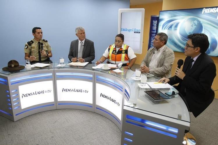 Juan Carlos Aquino, de Provial; Luis Contreras, diputado; Dalia Santos, PNC, y Gamaliel Chin, de Gremial de Transportistas, en Diálogo Libre. (Foto: Paulo Raquec)