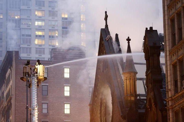Bomberos combaten el poderoso incendio desatado en una iglesia ortodoxa en Manhattan. (Foto Prensa Libre: AP).