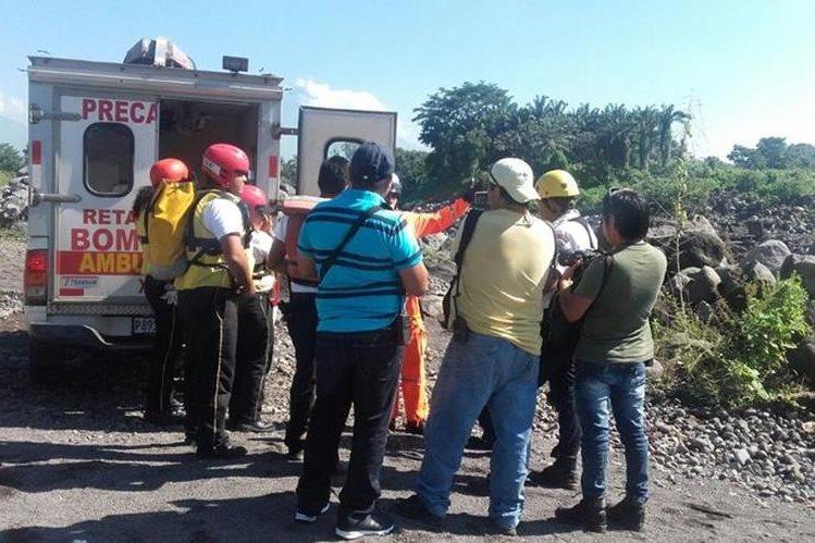 Socorristas buscan a pareja de novios arrastrados por un río en El Palmar, Quetzaltenango. (Foto Prensa Libre: Jorge Tizol)