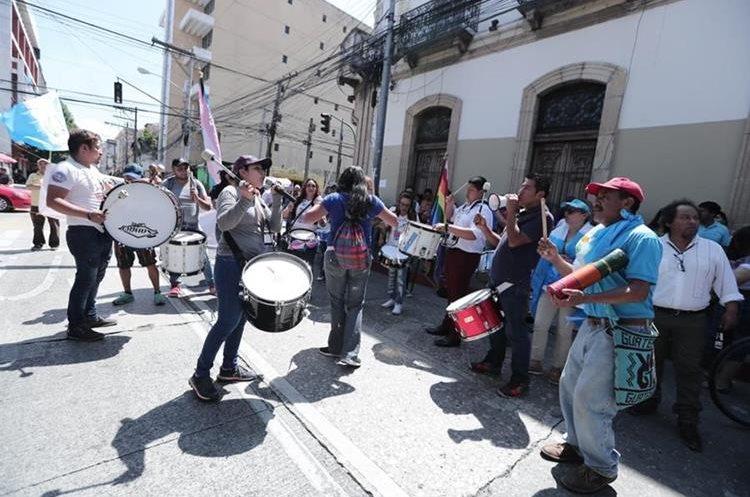 Varias consignas fueron gritadas a coro en los alrededores del Organismo Legislativo.