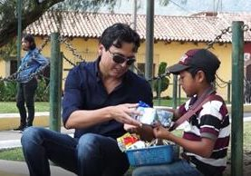 Algunas iniciativas se centraron en llevar felicidad a niños guatemaltecos. (Foto Prensa Libre: Juan Carlos Rivera)