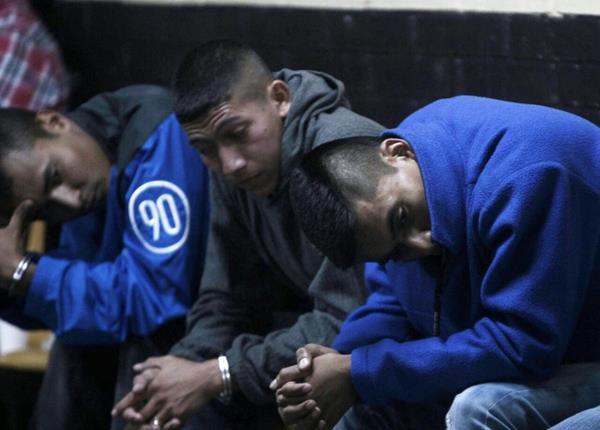 Cuatro policías de la unidad motorizada de la PNC detenidos por su presunta participación en el robo de autos. (Foto Prensa Libre: É. Ávila)