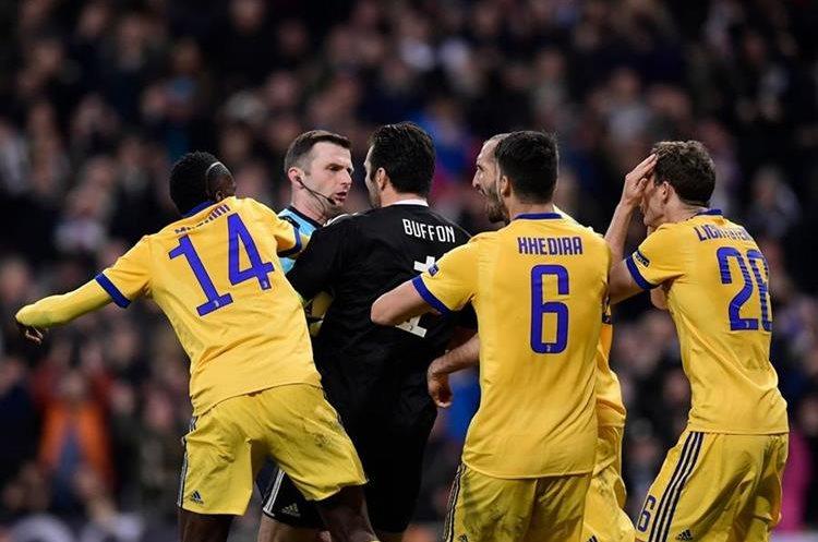 Los jugadores de la Juventus le reclaman al árbitro después de expulsar a Buffon.