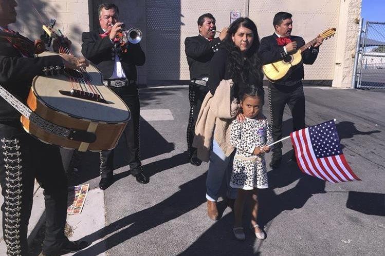 Una hispana con su niña caminan en una calle de Las Vegas mientras escuchan mariachis, la música tradicional mexicana. (Foto Prensa Libre: AP).