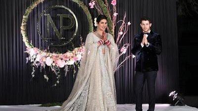 La exmiss mundo y actriz de Bollywood Priyanka Chopra y el músico estadounidense Nick Jonas posan para los medios tras su boda en Nueva Delhi (India) (Foto Prensa Libre: EFE).