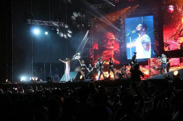 El reguetonero puso a bailar a los asistentes con sus éxitos musicales. (Foto Prensa Libre: Carlos Paredes)