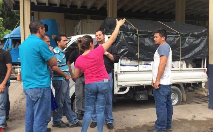 Salvadoreños varados en aduana guatemalteca. No les permiten el ingreso con ayuda para damnificados. (Foto Prensa Libre: Mario Morales)