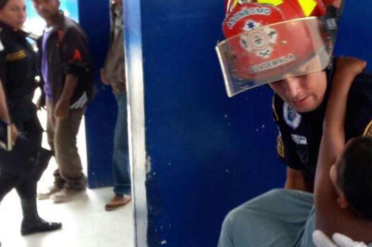 Bombero auxilia a niño que fue localizado en una de las calles de Monjas, Jalapa. (Foto Prensa Libre: Hugo Oliva).