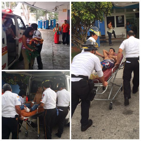 Tres adultos y una niña aún no identificada, fueron trasladados heridos de bala al Hospital Roosevelt. (Foto Prensa Libre: Bomberos Voluntarios.