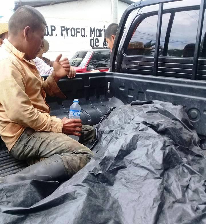 Los cadáveres de las víctimas fueron trasladados en un autopatrulla. (Foto Prensa Libre: Mario Morales)
