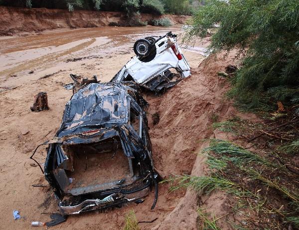 <em>Dos vehículos donde viajaban 16 mujeres y niños, 12 de los cuales murieron.</em>