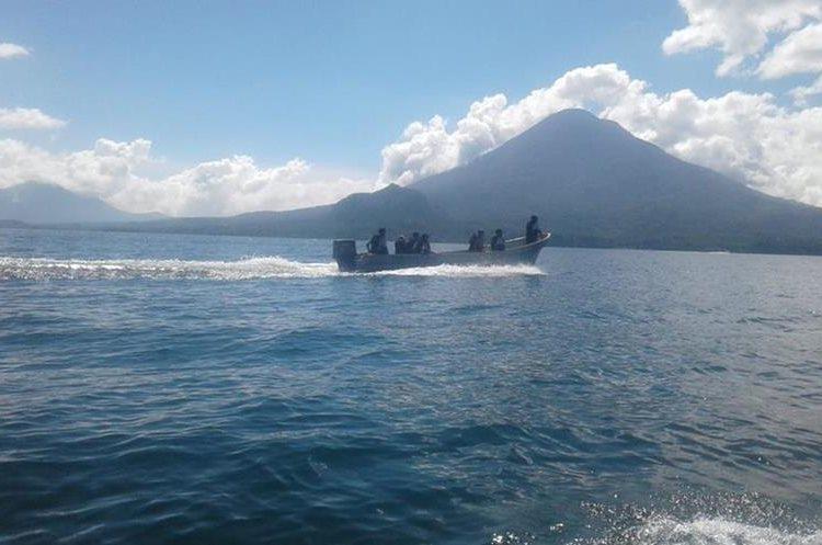 Las tareas de búsqueda en el Lago de Atitlán fueron suspendidas este viernes. (Foto Prensa Libre: Cortesía Ejército de Guatemala)