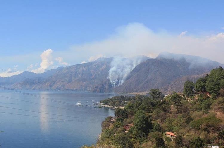 Desde distancias muy largas se pueden observar las columnas de humo.