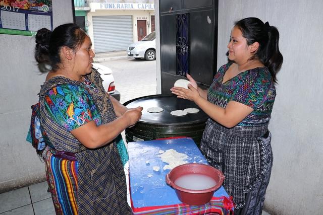 "Mujeres dedicadas a la tortillería en Chimaltenango.&nbsp;<span style=""font-size: 12px;"">PRENSA LIBRE / VÍCTOR CHAMALÉ</span>"