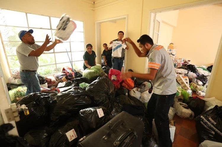 Empleados de Prensa Libre organizan donativos para las víctimas del Volcán de Fuego (Foto Prensa Libre: Esbin García).