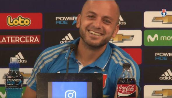 El jugador de la U de Chile, Lorenzetti no pudo ocultar su risa en la conferencia de prensa. (Foto Prensa Libre: Captura de Pantalla Facebook U de Chile)