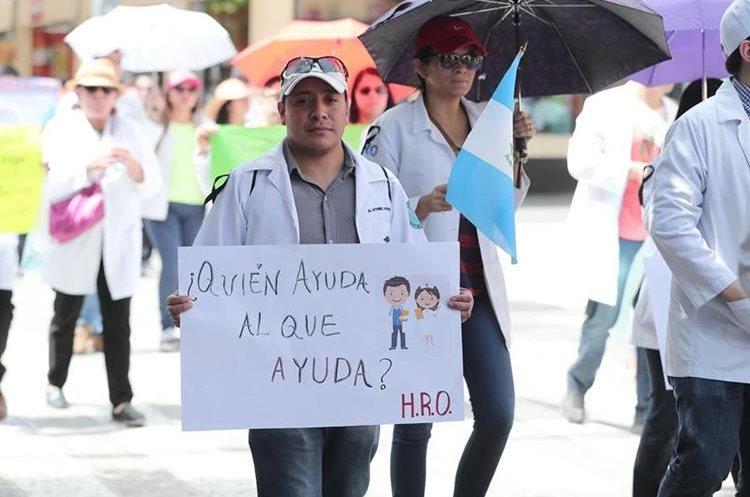 Carteles como este se observaron durante todo el recorrido de la marcha. (Foto Prensa Libre: Juan Diego González)