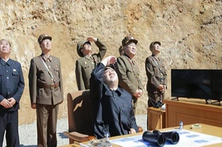 El líder de Corea del Norte, Kim Jung Un, (centro) observa el lanzamiento de un misil balístico intercontinental.(AP).