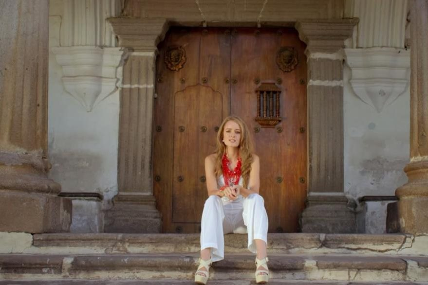 Stephanie Zelaya promociona el álbum Es un viaje, una producción en la que incluye 11 canciones. (Foto Prensa Libre: Tomada de YouTube)