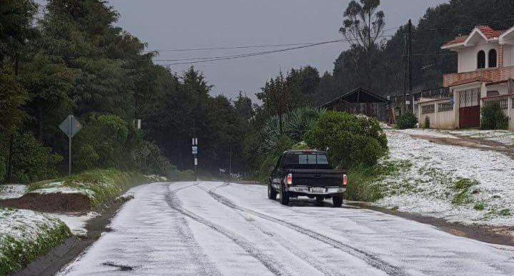Las calles de Sibilia, en Quetzaltenango, quedaron cubiertas de hielo después de una fuerte lluvia acompañada de granizo. (Foto Prensa Libre: PDH Xela)
