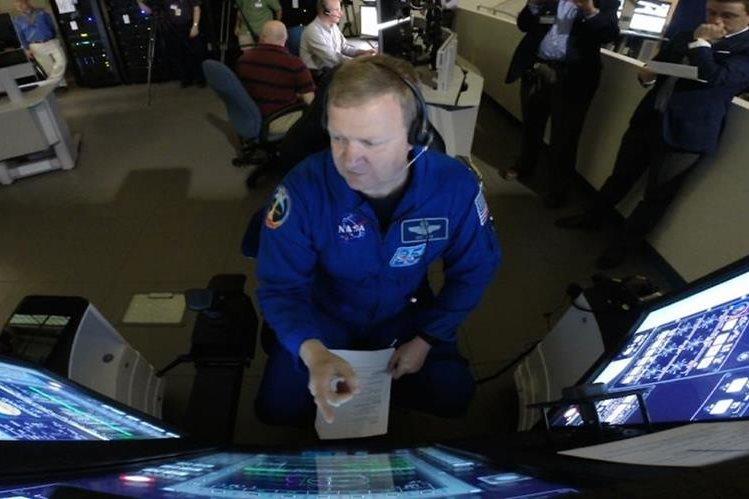 Eric Boe, astronauta de la Nasa se entrena con un simulador de vuelo como parte de los ensayos para posibles vuelos comerciales a finales del 2017. (Foto Prensa Libre: AP).