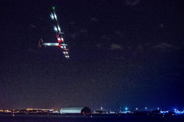 El avión Solar Impulse 2 despega desde el aeropuerto JFK de Nueva York.(EFE).