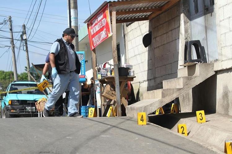 Peritos del Ministerio Público recogen evidencias en Boca del Monte, donde ocurrió el crimen. (Foto Prensa Libre: Érick Ávila)