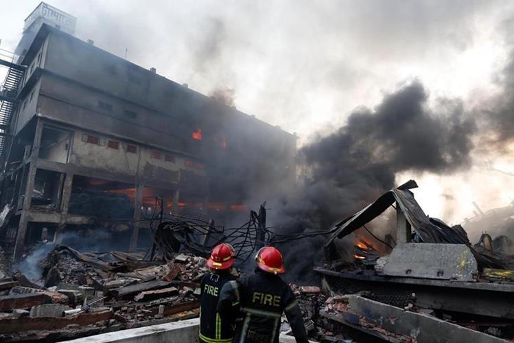 Incendio por explosión en fábrica de Bangladés dejá decenas de muertos y heridos. (Prensa Libre: AFP)