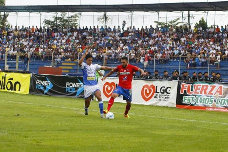 Municipal trató de mantener la ventaja en el marcador pero Suchi consiguió el empate casi al final del partido. (Foto Prensa Libre: Rolando Miranday Cristian Soto)