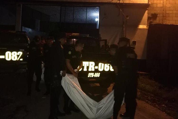 Policía retira los cuerpos de la cárcel El Boquerón. (Foto Prensa Libre: Oswaldo Cardona)