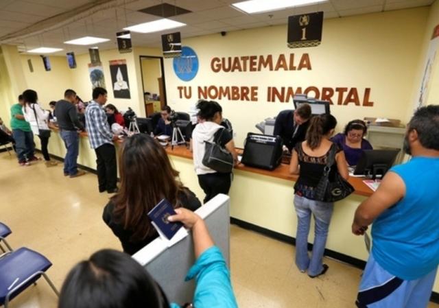 Migrantes hacen trámites en el consulado de Guatemala en Los Ángeles, California. (Foto Prensa Libre: Hemeroteca PL)
