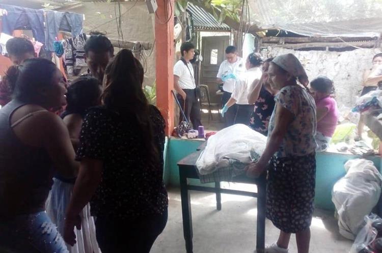 El cadáver de Jani Yamilet Aldana fue colocado sobre una mesa, en Zacapa. (Foto Prensa Libre: Mario Morales).