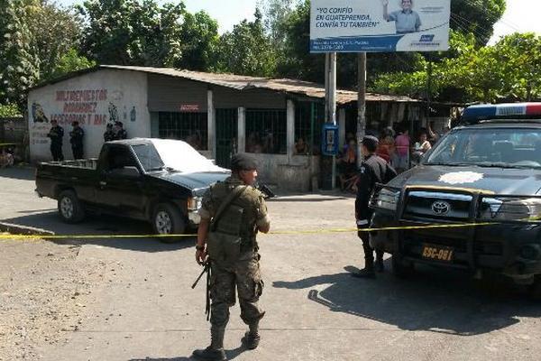 <p>El agente de la PNC fue atacado a balazos cuando se conducía en un picop. (Foto Prensa Libre: Carlos Paredes)</p>
