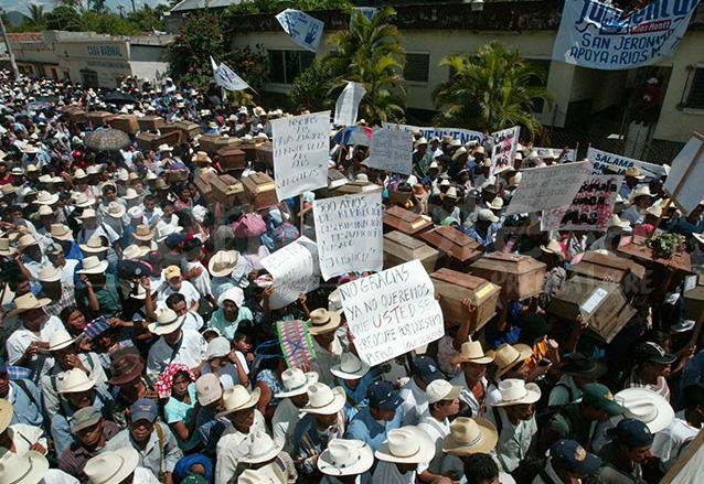 La mezcla de los féretros de víctimas del conflicto armado interno, sus familiares y antiguos patrulleros provocó tensión en el mitin del FRG en Rabinal el 14 de junio de 2003. (Foto: Hemeroteca PL)