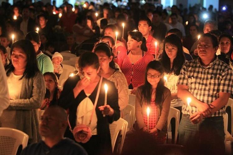 Para conmemorar a los muertos en El Cambray 2, se encendieron velas en el parque central de Santa Catarina Pinula. (Foto Prensa Libre: Esbin García)
