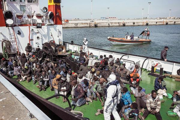 Inmigrantes rescatados por la embarcación RBD llega al puerto de Corigliano Calabro, Italia. (Foto prensa Libre:EFE)