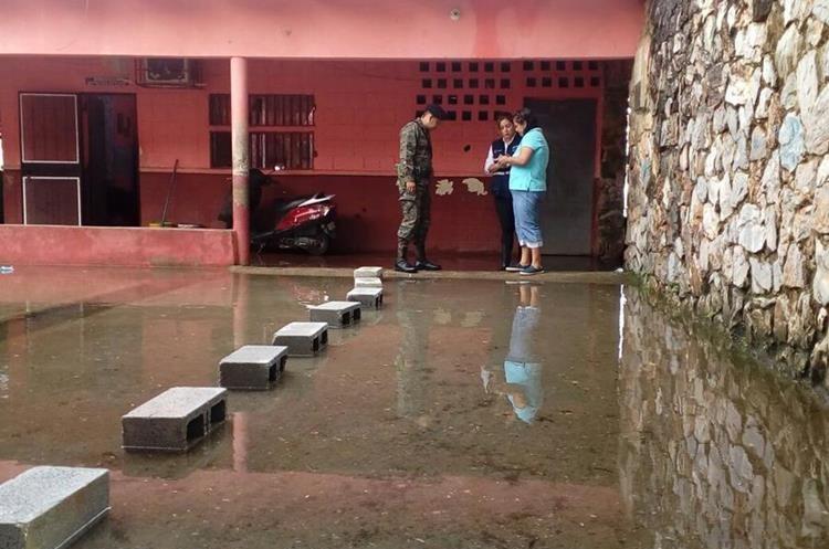 Escuela Mariano Gálvez de Puerto Barrios, suspendió clases porque amaneció inundada.