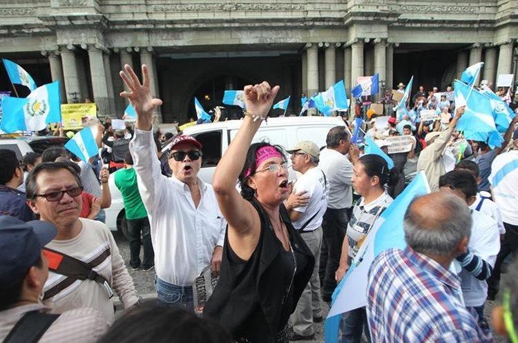 Manifestantes apoyan a Cicig y al Ministerio Público, frente al Palacio Nacional.