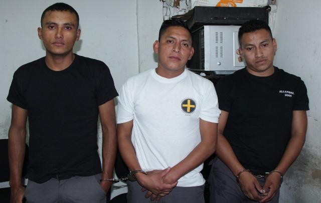 Édgar Cal Coy, Oswaldo Xol Coc y Elmer Pinzón, detenidos por la fuga de un supuesto pandillero en el Juzgado de Villa Nueva. (Foto Prensa Libre: Cortesía)