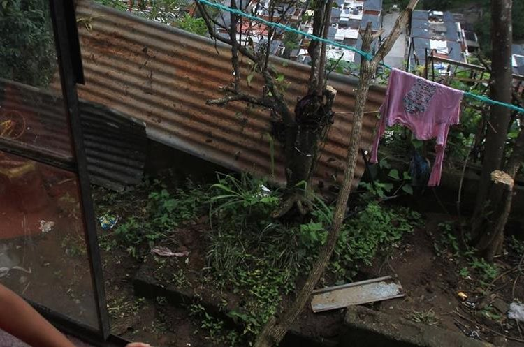 Una de las viviendas que está en alto riesgo en el asentamiento El Mirador. (Foto Prensa Libre: Esbin García).