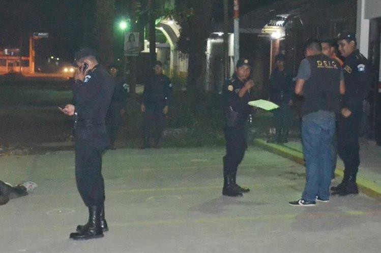 Autoridades recaban evidencias en el lugar donde fue ultimado Javier Martínez, alias el Tyson, en Puerto Barrios, Izabal. (Foto Prensa Libre: Edwin Perdomo)